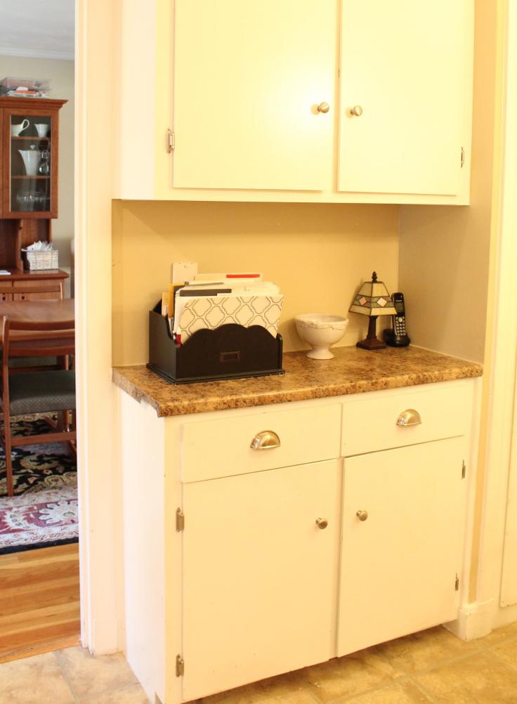 Kitchen counter with organizer