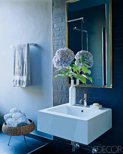Blue makes a splash in this bath. Credit: Simon Upton, ElleDecor.com